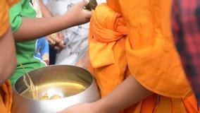 I monaci buddisti sono dati l'alimento che offre dalla gente per l'estremità di Lent Day buddista video d archivio
