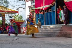 I monaci eseguono il ballo mascherato e costumed di buddismo tibetano durante il festival di ballo di Cham I ballerini hanno offu fotografie stock