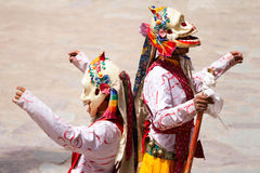 I monaci eseguono un ballo mascherato religioso di buddismo tibetano fotografia stock libera da diritti
