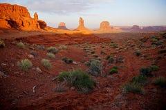 I monumenti dei guanti dell'Utah Arizona della valle del monumento abbandonano il paesaggio Immagini Stock Libere da Diritti