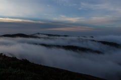 I morgonen en bra filt av moln på min fot Arkivfoto
