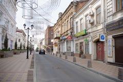 I morgonen på grändSemashko rusar folket till deras busine Arkivbilder