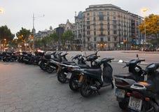 I motocicli hanno parcheggiato città via sul 9 maggio 2010 dentro Immagine Stock Libera da Diritti