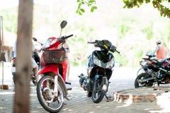 I motocicli hanno parcheggiato sulla stazione turistica popolare dell'Asia in mondo Fotografia Stock