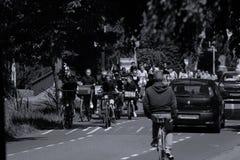 I motociclisti guidano sul vicolo del bycicle in Aalsmeer, Paesi Bassi fotografie stock