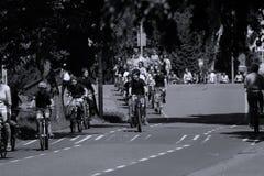 I motociclisti guidano sul vicolo del bycicle in Aalsmeer, Paesi Bassi Fotografie Stock Libere da Diritti