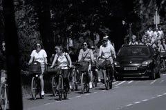 I motociclisti guidano sul vicolo del bycicle in Aalsmeer, Paesi Bassi immagine stock libera da diritti