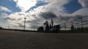 I motociclisti hanno messo i coni di traffico sulla corte per prepararsi archivi video