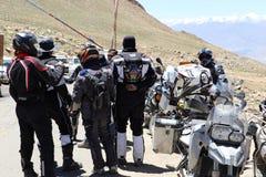 I motociclisti raggruppano vicino ad una posta del controllo della polizia Fotografie Stock