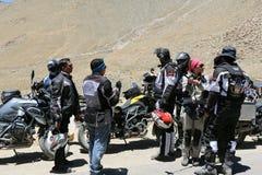 I motociclisti raggruppano vicino ad una posta del controllo della polizia Fotografia Stock Libera da Diritti