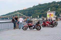 I motociclisti riposano sul lungomare e sul aand che parlano, Ucraina, Kyiv editoriale 08 03 2017 Fotografia Stock