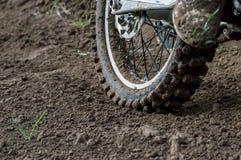I motocross della ruota posteriore bike sui precedenti della pista Fotografia Stock Libera da Diritti
