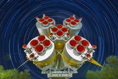 I motori del missile dei primi e secondi punti del Soyuz saettano in alto Fondo di Startrails immagini stock