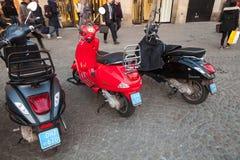 I motorini classici della vespa sta parcheggiati Immagine Stock