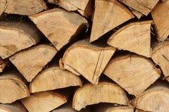 I mucchi della legna da ardere hanno impilato insieme il fondo strutturato fotografia stock