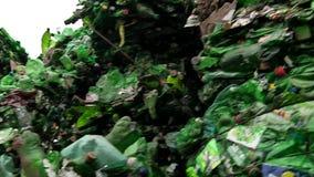 I mucchi delle bottiglie di plastica compresse hanno preparato per riciclare video d archivio