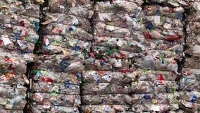 I mucchi delle bottiglie di plastica compresse hanno preparato per riciclare stock footage