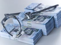 I mucchi di 500 banconote saudite del riyal con lo stetoscopio Fotografie Stock
