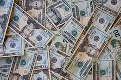 I mucchi di venti fatture del dollaro Fotografia Stock