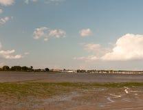 I mudflats neri dell'acqua scanalano la marea dell'acqua fuori mettono in bacino le barche attraccate dentro Fotografie Stock