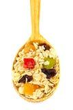 I muesli o l'avena del cereale si sfaldano con frutta secca sullo studio di legno del cucchiaio isolato Fotografia Stock Libera da Diritti