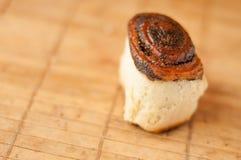 i muffin casalinghi deliziosi rotolano con i semi di papavero a colori il fondo di colore caldo immagini stock libere da diritti