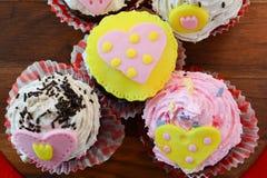I muffin del biglietto di S. Valentino si chiudono su da sopra Fotografia Stock Libera da Diritti