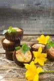 I muffin di recente al forno con la prugna, la menta ed il giglio fioriscono Immagini Stock