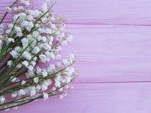 I mughetti sulla molla romanzesca di legno rosa fiorisce fragrante immagini stock libere da diritti