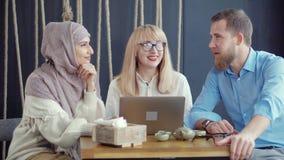 I multi amici etnici adulti stanno chiacchierando in caffè di giorno video d archivio