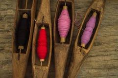 I multi fili di cotone di colore nel telaio per rende il cotone homespun Immagine Stock Libera da Diritti