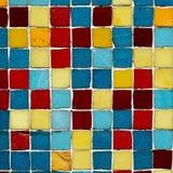 I multi quadrati colorati su una parete a Scarborough North Yorkshire costeggiano l'Inghilterra fotografia stock libera da diritti
