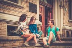 I multi studenti etnici si avvicinano all'università Fotografia Stock Libera da Diritti