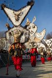 I Mummers Surva Bulgaria maschera le piume dei costumi Fotografia Stock Libera da Diritti