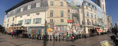 I murali classici sono presentati nell'architettura moderna Fotografia Stock Libera da Diritti