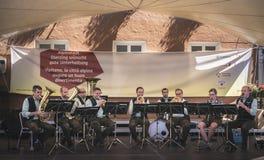 I musicisti di banda del sud del Tirolo giocano le canzoni tradizionali da Alto Adige Immagini Stock