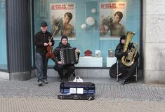 I musicisti di romani stanno giocando la musica zingaresca a Utrecht, Paesi Bassi Immagine Stock