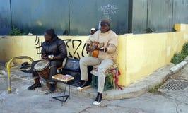 I musicisti giocano la musica per le punte sulla via nella vicinanza famosa di Plaka a Atene, Grecia immagine stock libera da diritti