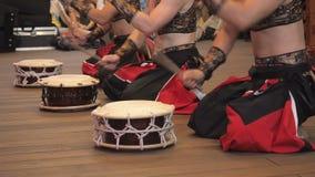 I musicisti giocano i tamburi di shime-daiko di taiko sulla scena durante il festival giapponese archivi video