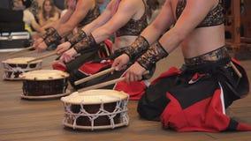 I musicisti giocano i tamburi di shime-daiko di taiko sulla scena durante il festival giapponese video d archivio
