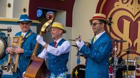 I musicisti intrattiene gli ospiti all'avventura della California di Disney fotografia stock libera da diritti
