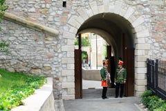 I musicisti ungheresi di ussaro stanno eseguendo nel castello di Budapest Immagini Stock