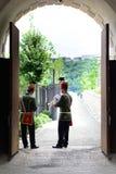 I musicisti ungheresi di ussaro stanno eseguendo nel castello di Budapest Fotografia Stock