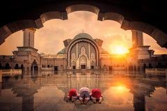 I musulmani chilgren il peccato e pregano in moschea fotografia stock