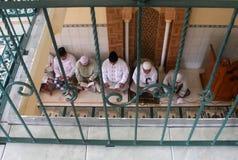 I MUSULMANI DELL'INDONESIA RECITANO IL CORANO Fotografia Stock Libera da Diritti