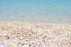 I - Myrthos plaża z małymi biel kamieniami, kryształem jasnymi nawadnia błękit Zdjęcia Royalty Free