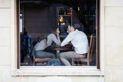 I?na, Allemagne r Beaux couples dans l'amour se reposant en café près de la fenêtre, vue de rue photographie stock