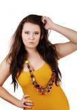 I naturlig storlek flicka med pärlor på en vit royaltyfri fotografi
