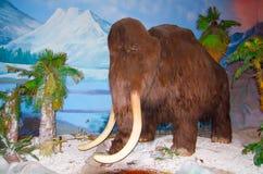 I naturlig storlek modell av den kolossala elefanten på dinotopiaen Siam Park City Arkivfoto