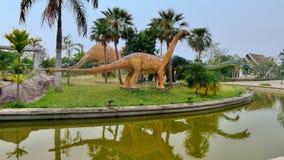 I naturlig storlek replicss av dinosaurieskärm på si Wiang parkerar, Thailand Arkivbilder
